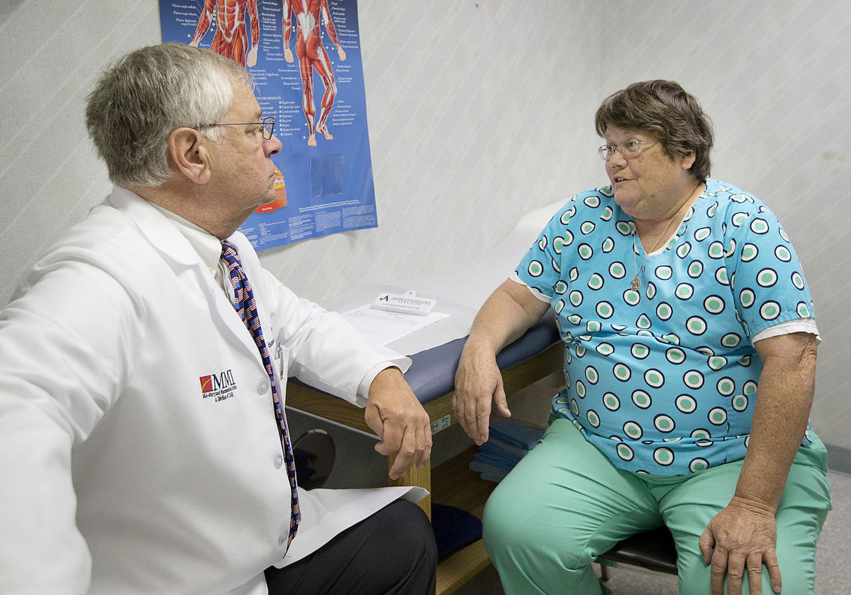 Dr. Nisenfeld, a veteran of the Army Medical Corps, chats with patient Patsy Bowers who served 22 years in the Navy.
